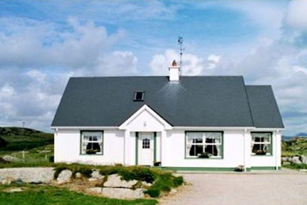 Carrickfinn Holiday Cottage with WiFi & Sauna