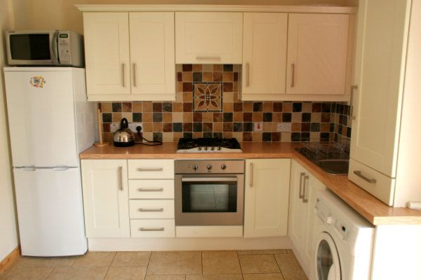 Fitted kitchens for small spaces for Small fitted kitchens