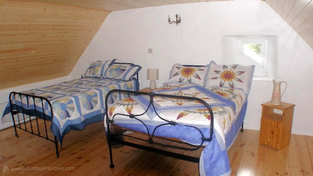 Doughertys Traditional Cottage Donegal - twin bedroom