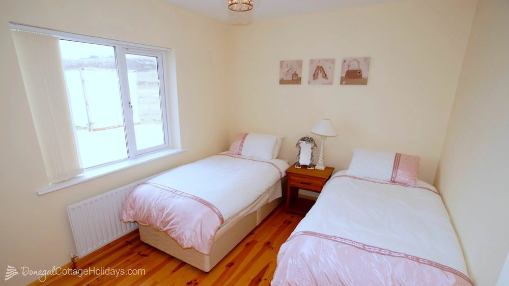 Muckish View Holiday Home - twin bedroom