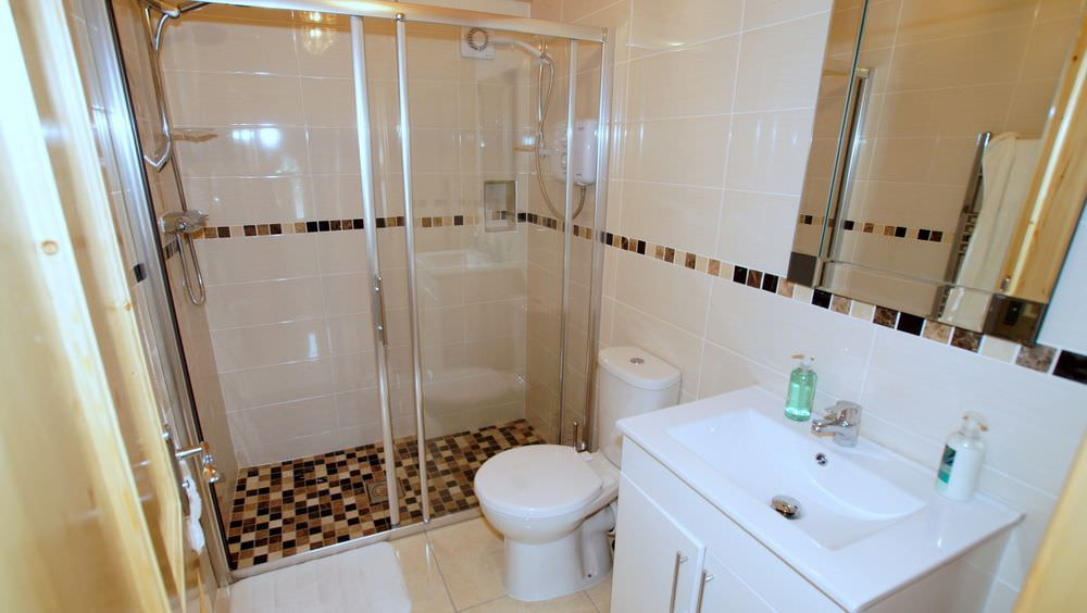 Brookside Traditional Cottage Inishowen - shower room