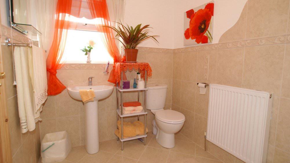 Mary Janes Cottage Ballyliffin - bathroom interior