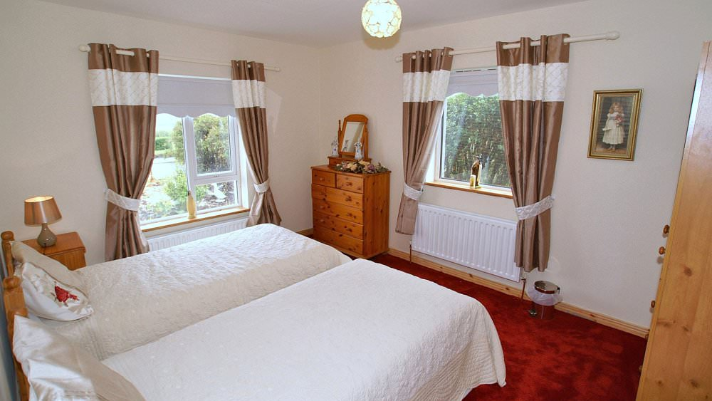 Mary Janes Cottage Ballyliffin - twin bedroom
