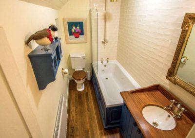 Bumblebee Traditional Cottage - bathroom