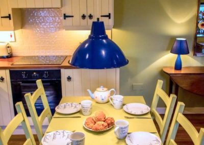Bumblebee Traditional Cottage - dining area