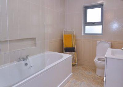 Pierview House Buncrana - bathroom adjacent to bedrooms on ground floor