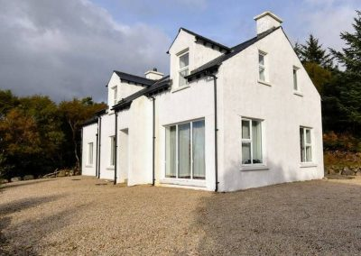 Lough View Cottage has acommodation for up to 9 people in 4 bedrooms